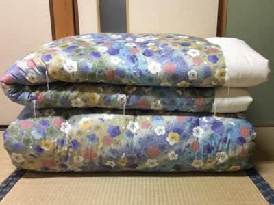 30年前の婚礼布団です。ダブルサイズの掛け布団2枚をシングルサイズの掛布団3枚への仕立替えです。